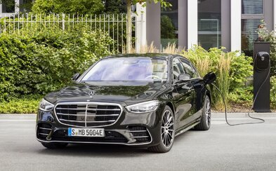 Mercedes třídy S v nové plug-in hybridní verzi dokáže na elektrický pohon absolvovat více než 100 km