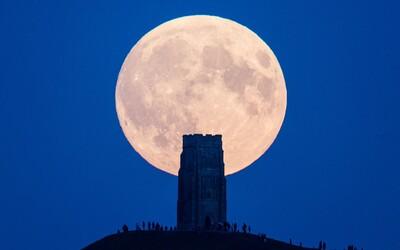 Mesiac po dlhej dobe prešiel do tieňa Zeme a zmenil svoju farbu. Vesmírny úkaz bol dobre pozorovateľný