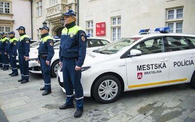 Mestským policajtom pribudli väčšie kompetencie. Už ťa budú môcť zastaviť aj za jazdu na červenú