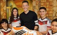 Mesut Ozil zaplatil životne dôležitú operáciu pre jedenásť brazílskych detí