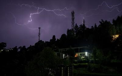 Meteorologové zvýšili výstrahu před pátečními bouřkami. Budou silnější, než se čekalo