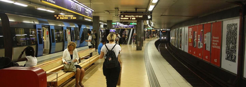 Metro v Štokholme zaplavili kontroverzné obrazy. Sú plné menštruujúcich žien