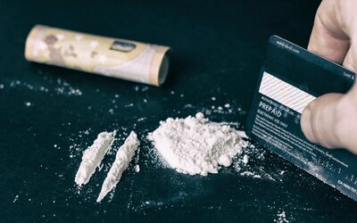 Mezi jaké drogy patří LSD, s čím bys nikdy neměl míchat alkohol nebo co způsobují stimulanty? (Kvíz)