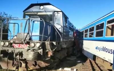 Mezi Kdyní a Domažlicemi se srazil osobní vlak se služebním. Šest zraněných musel transportovat vrtulník