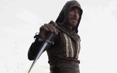 Michael Fassbender žiari čoby nezastaviteľný assassín na čerstvých obrázkoch z očakávaného filmu