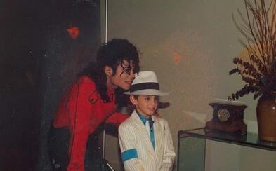Michael Jackson nemohl zneužít chlapce v době, kdy to on tvrdí, uznal režisér dokumentu Leaving Neverland