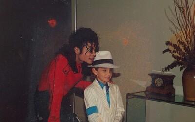 Michael Jackson nemohol zneužívať chlapca v dobe, keď to on tvrdí, uznal režisér dokumentu Leaving Neverland