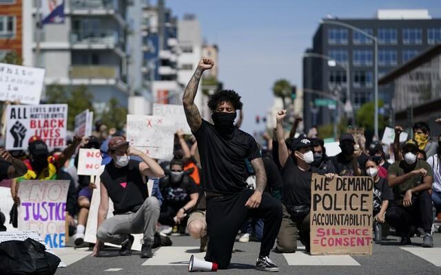 Michal Šopor: Policisté v Los Angeles jsou úplně pos***í. Demonstrujících je hodně a mají toho dost (Rozhovor)