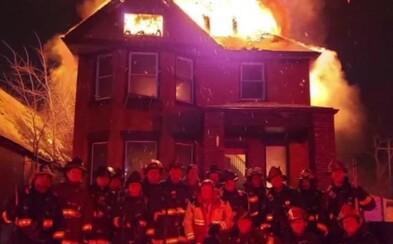 Miesto hasenia požiaru sa títo hasiči s horiacou budovou fotili