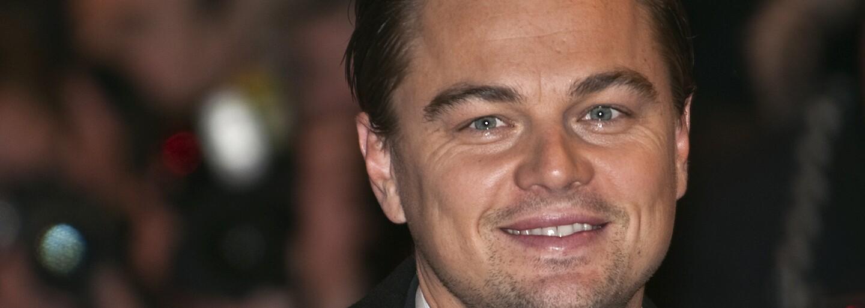 Místo luxusního doplňku nevzhledná igelitka. Leonardo DiCaprio si může dovolit cokoli, osobní věci si však schoval do fialové tašky