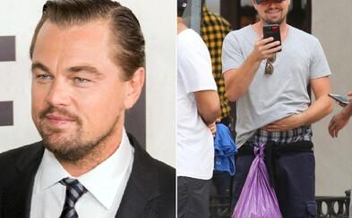 Miesto luxusného doplnku nevzhľadná igelitka. Leonardo DiCaprio si môže dovoliť čokoľvek, osobné veci si však schoval do fialovej tašky