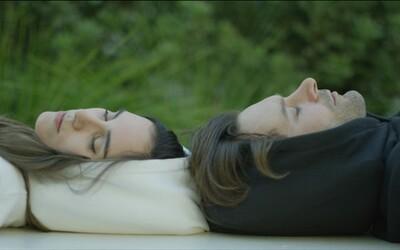 Mikina, ktorá v kapucni skrýva nafukovací vankúš, sa stala hitom Kickstarteru. Každý by chcel aj na cestách spať pohodlne