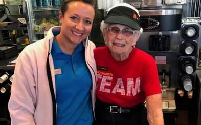 Milá 94-ročná babička 44 rokov pracuje v McDonald's a nad dôchodkom ani neuvažuje. Zákazníci ju milujú a burger si občas vychutná aj doma