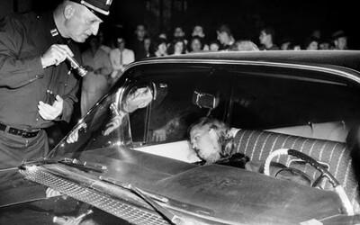Milenky mafiánů nejednou schytaly kulku jako důkaz lásky. Co přinášel život na hraně?