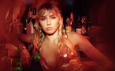 Miley Cyrus je na party, kde se šňupe kokain, ale nebaví se. Byl to ráj, ale je čas jít dál, léky ani alkohol nepotřebuje