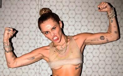 Miley Cyrus má ďalšieho partnera. Po manželovi a modelke fanúšikovia natočili video, kde sa bozkáva s ďalším známym mužom