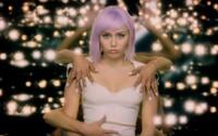 Miley Cyrus odhaluje 5. sérii Black Mirror futuristickým trailerem
