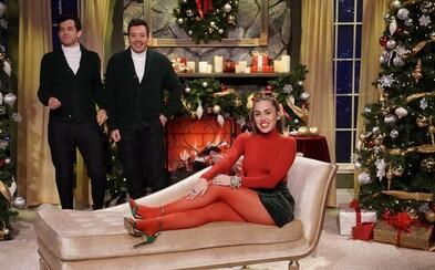 Miley Cyrus přezpívala známou vánoční koledu ve feministické verzi. Dárky si umí koupit i za vlastní peníze