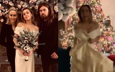 Miley Cyrus tancuje a žiari šťastím na čarovných svadobných fotografiách. Zapózovala si aj s rodičmi