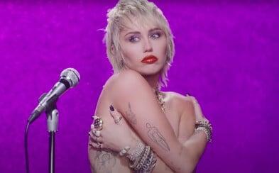 Miley Cyrus v novince vzpomíná na svůj rozchod s Liamem Hemsworthem a na líbání s přítelkyní Kaitlynn Carter