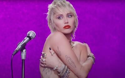Miley Cyrus v novinke spomína na svoj rozchod s Liamom Hemsworthom a bozkávanie sa s priateľkou Kaitlynn Carter