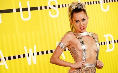 Miley po svém divokém vystoupení na udílení cen vydala experimentální, 23skladbové album spolu s klipem