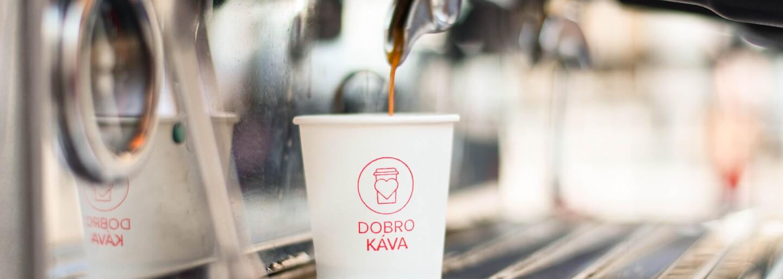 Milionár, ktorý za dobrý skutok rozdáva kávu, rozpútal úplnú mániu. Stánok v centre  mesta robí našu spoločnosť lepšou