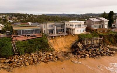 Milionové luxusní domy na pobřeží Austrálie mohou skončit v oceánu. Silné bouřky podemlely útes, na kterém stojí