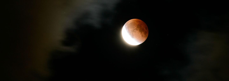 Milióny ľudí dnes skoro ráno vstávali, aby si vychutnali krvavé zatmenie Mesiaca. Rozhodne sa bolo na čo pozerať!