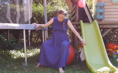 Milióny ľudí sledovali Sarah pri pôrode vo vlastnej záhrade. Mnohých videá znechucujú, ale iní ju oceňujú za odvahu