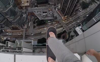 Milovník adrenalinu Oleg servíruje nové video, kde se na skateboardu projíždí po střeše mrakodrapu