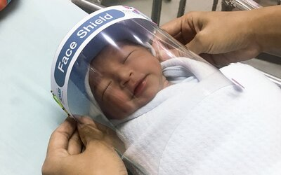 Miminka v Thajsku mají ochrannou masku na obličej, aby byla chráněna před koronavirem
