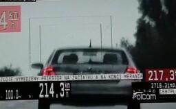 Mimo obce uháňal rýchlosťou 214 km/h. Šoféroval Fabiu, ktorá na takú rýchlosť nie je stavaná