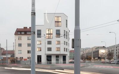 Minimalistický dům v Brně má na fasádě neonový blesk a uvnitř stylové loftové byty