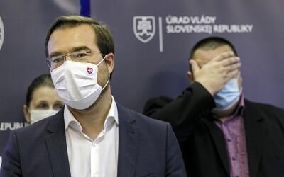 Minister Krajčí ani hlavný hygienik Mikas nemajú koronavírus. Sedeli pritom v jednej miestnosti s pozitívnym pacientom