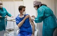 Ministerstvo doporučilo přerušit očkování první dávkou a zastavit rezervace