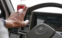 Ministerstvo dopravy chce přitvrdit proti seniorům za volantem. Platila by pro ně přísnější pravidla