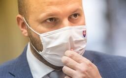 Ministrovi Naďovi sa Slovák vyhrážal zastrelením pri stene. Súd mu vymeral 8 mesačný trest s podmienkou