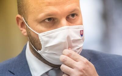 Ministrovi Naďovi sa Slovák vyhrážal zastrelením pri stene. Súd mu vymeral 8-mesačný trest s podmienkou
