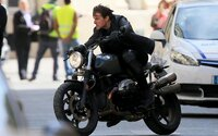 Mission: Impossible 6 dorazí do kín už o rok. Tom Cruise sa na prvých fotografiách z natáčania opäť snaží o krkolomné kaskadérsky kúsky