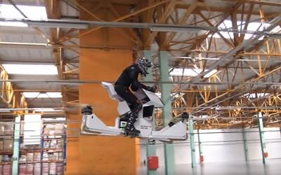 Místo dvou kol čtyři vrtule. Ruský startup zhotovil fungující hoverbike, díky kterému si zalétáme