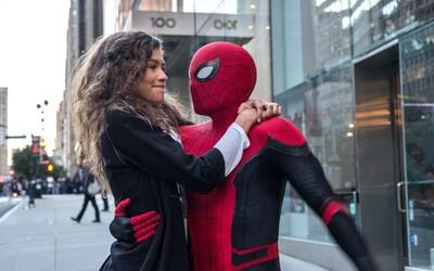 MJ zjišťuje, že Peter Parker je Spider-Man. Užij si nové záběry z pokračování, ve kterém zazáří i Jake Gyllenhaal