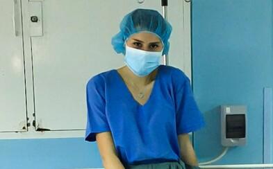 Mladá bratislavská medička testuje ľudí na koronavírus. Robí to dobrovoľne aj keď je riziko, že sa nakazí (Rozhovor)