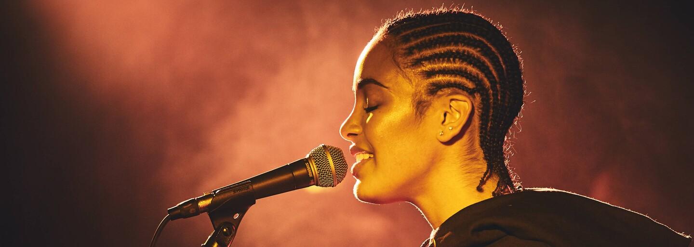 Mladá Britka Jorja Smith písala pesničky pred dvoma rokmi v Starbuckse, dnes je tvárou moderného R&B (Tip na hudbu)