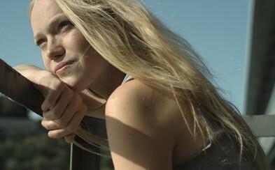 Mladá Lena sa v novej slovenskej dráme Špina ocitá po znásilnení na psychiatrii, kde musí vybojovať určujúci zápas s vlastnou hanbou a strachom