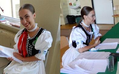 Mladá Martina prišla na maturitu v nádhernom slovenskom kroji. Škola v Humennom zostala jej odevom príjemne prekvapená
