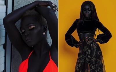 Mladá modelka je na svou mimořádně tmavou pokožku hrdá. Melaninová královna zachycuje pohledy lidí všude, kam přijde