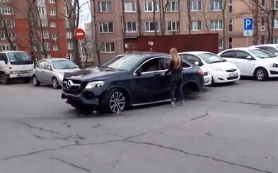 Mladá Ruska v luxusním Mercedesu nabourala do 11 aut. Vracela se z divoké diskotéky a svého čtyřkolového oře nedokázala zvládnout