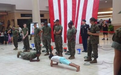 Mladá slečna zahanbila vojenského kadeta, keď ho porazila v kľukovaní