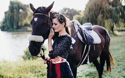 Mladá Slovenka šije krásne šaty inšpirované folklórom. Refresheru prezradila, odkiaľ berie inšpiráciu a aj to, prečo tak miluje tradície